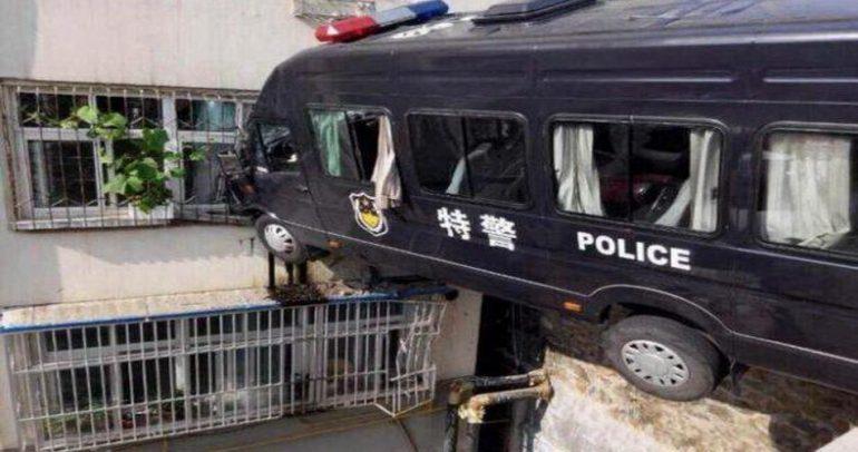 بالصور: ماذا تفعل سيارة الشرطة في الطابق الثالث !