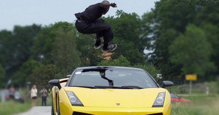 بالفيديو: هكذا قفز فوق لامبورجيني.. لإثبات جنونه !