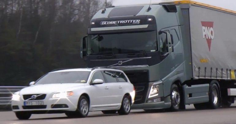 بالفيديو: هذا ما حصل عندما اقتربت الشاحنة من السيارة