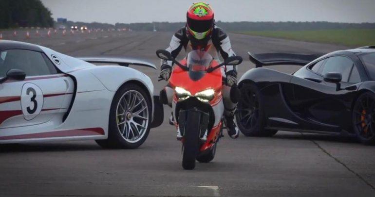 بالفيديو: معركة ثلاثية.. بورش VS مكلارين VS دراجة دوكاتي!