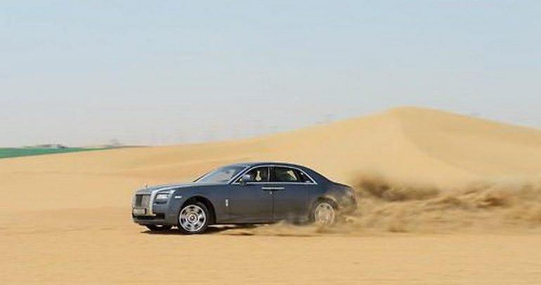 بالفيديو: هكذا يتفنن السعوديون بالتفحيط في الصحراء !