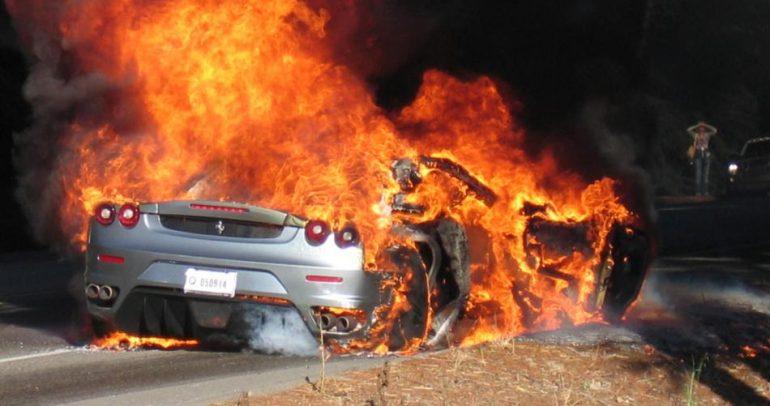 بدقائق قليلة.. التهمت النيران سيارة فيراري بالكامل – فيديو