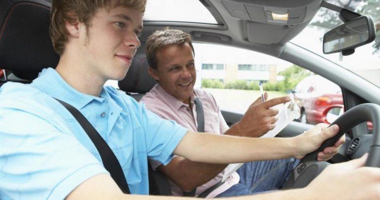 بالفيديو.. أغرب طريقة لتعلم قيادة السيارات!