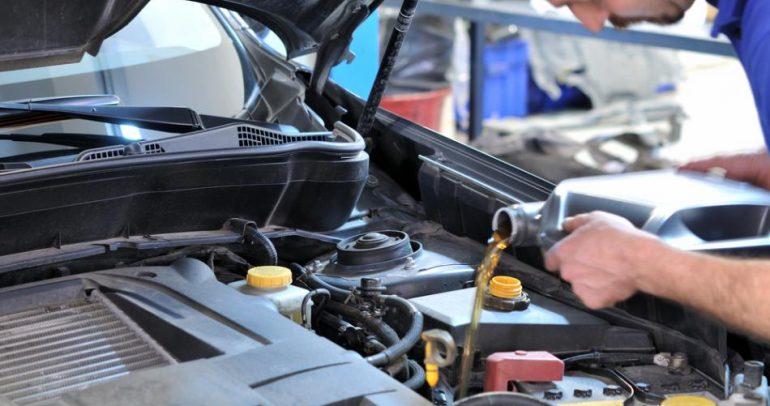 لإطالة عمر سيارتك.. تعرف الى موعد تغيير زيت المحرك!