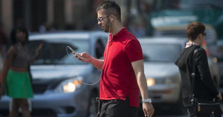 بالفيديو: لا داعي للقلق من مدمني الهواتف الذكية على الطرقات