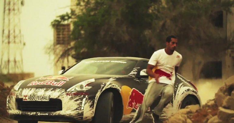 رياضي ينافس أسرع سيارات السباق في العالم! (فيديو)