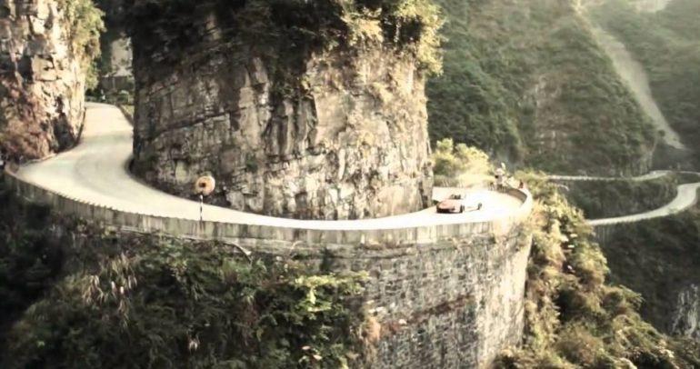 بالفيديو: استمتعوا بتفحيط مرعب على اخطر طريق جبلية في العالم