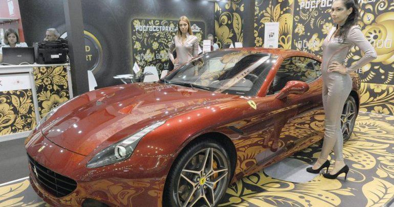 بالصور: إليكم الجميلات اللواتي خطفن الأنظار في معرض موسكو للسيارات