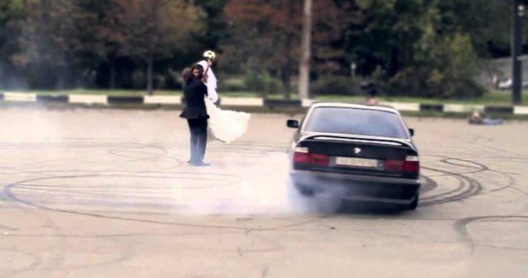 في ليلة زفافه.. عريس يمارس التفحيط حول زوجته! (فيديو)