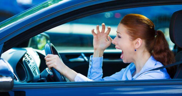 بالفيديو: احذروا من غضب النساء أثناء القيادة