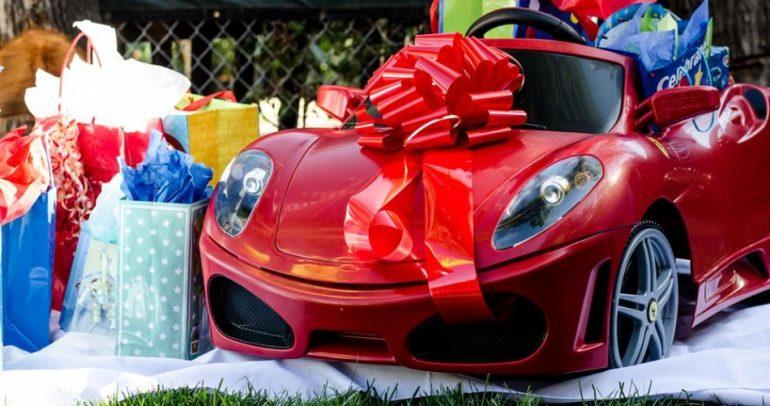ماذا تفعل لو حصلت على سيارة فيراري في موسم الاعياد؟ (فيديو)