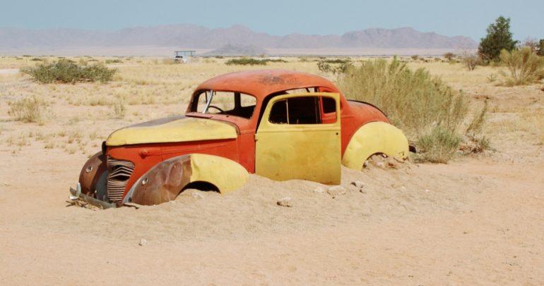 بالفيديو: رمال الصحراء تبتلع سيارة مفحط سعودي !