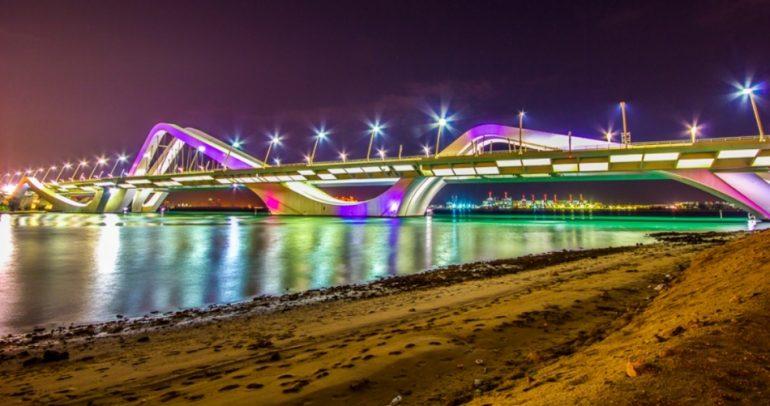 مصابيح السيارات تضيء جسر زايد في أبو ظبي !
