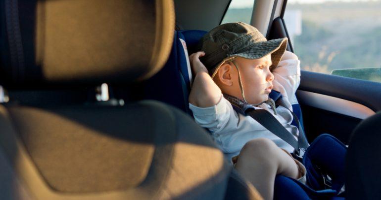 مقاعد الأطفال في السيارات.. وقاية من الحوادث أم مصدر للمخاطر ؟