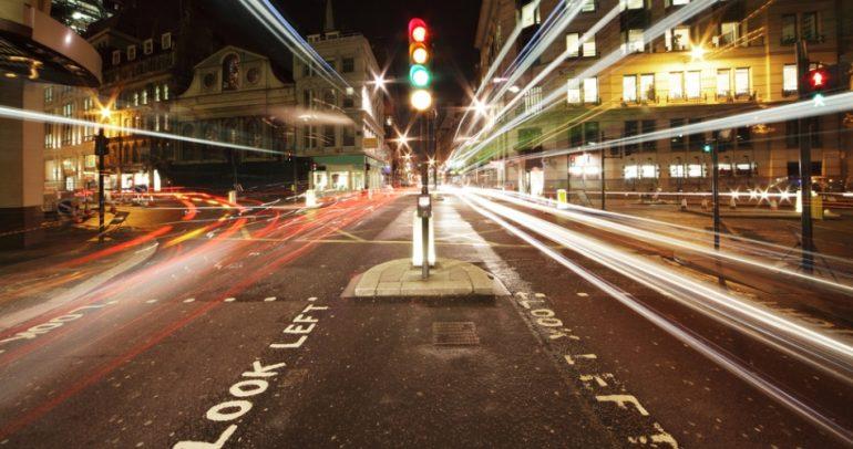 بالفيديو: خليجي يبتكر طريقة للتخلص من اشارات المرور !