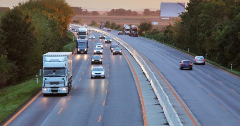 قيادة الشاحنات في لبنان.. حق يعكر صفوة السائقين المنقوصة