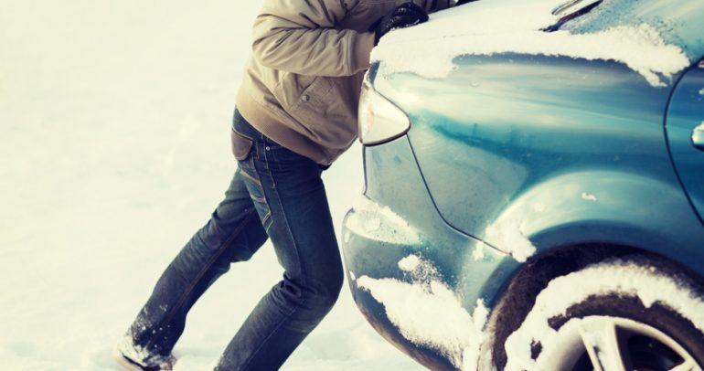 بالفيديو: اليكم أغرب وأقوى طريقة لنزع سياراتكم من الثلوج