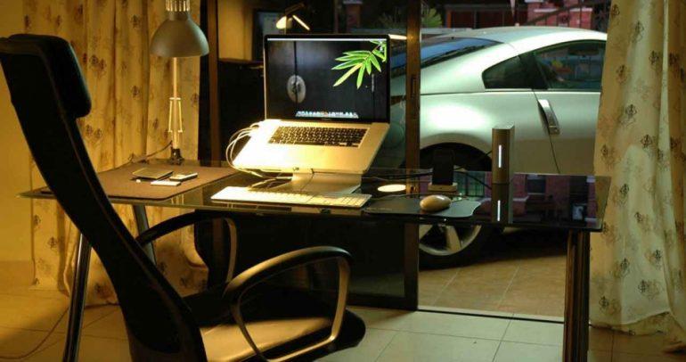 في غضون دقائق.. سيارة تتحول الى مكتب كامل للعمل !