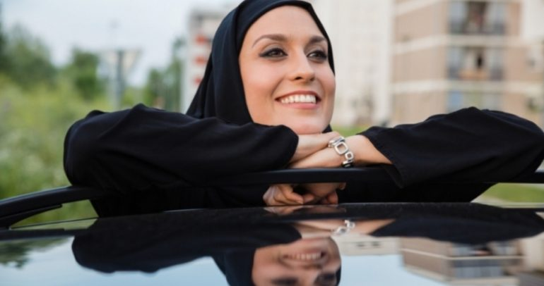 هكذا كرّمت شركة جيب للسيارات المرأة الخليجية المحجبة (فيديو)