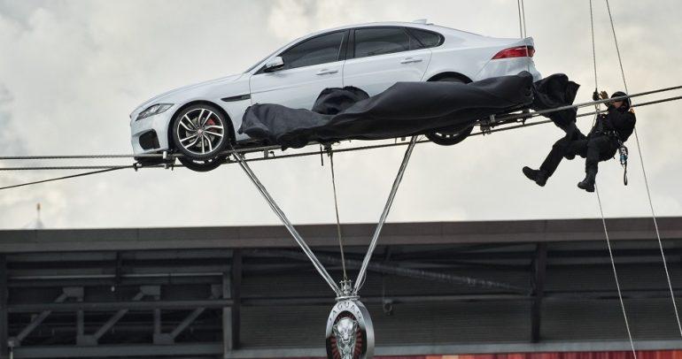جاكوار XF الجديدة تستعرض خفتها على حبلين معلقين في الهواء