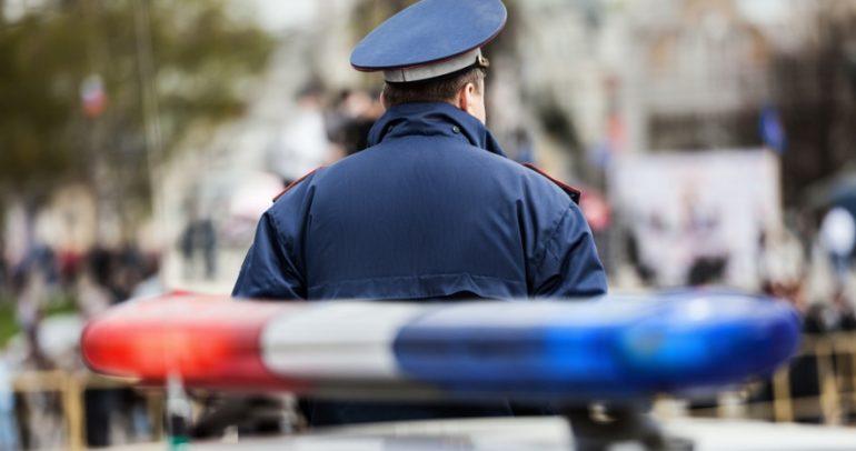 بالفيديو: شاب يمازح شرطي المرور بطريقة مضحكة