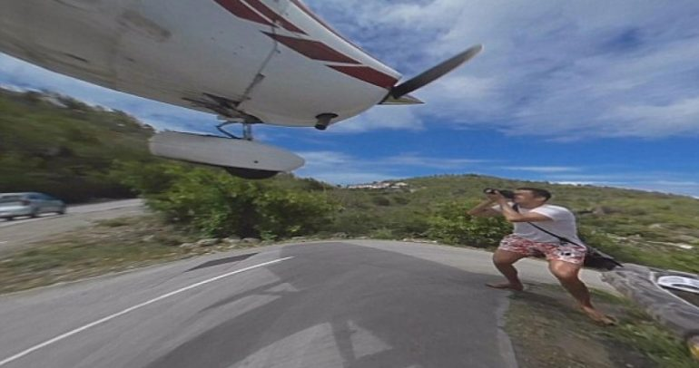 طائرة تلامس رأس سائح أثناء هبوطها.. وهكذا نجا!