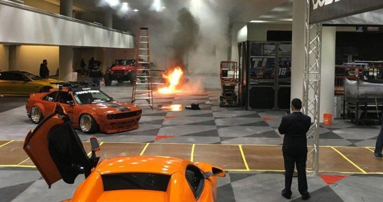 بورشه 911 تيربو تحترق في معرض نيويورك