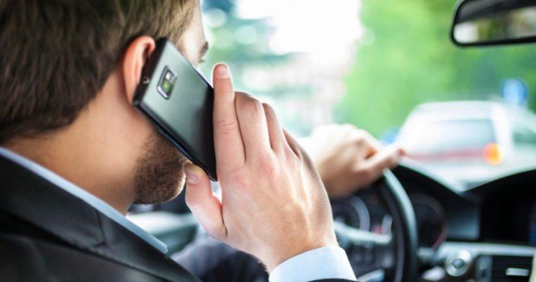 طرق للتحدث عبر الهاتف أثناء القيادة من دون تسجيل مخالفة