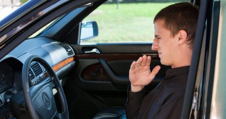 هل عانيت من رائحة الوقود داخل سيارتك؟ إليك الأسباب وكيفية علاجها