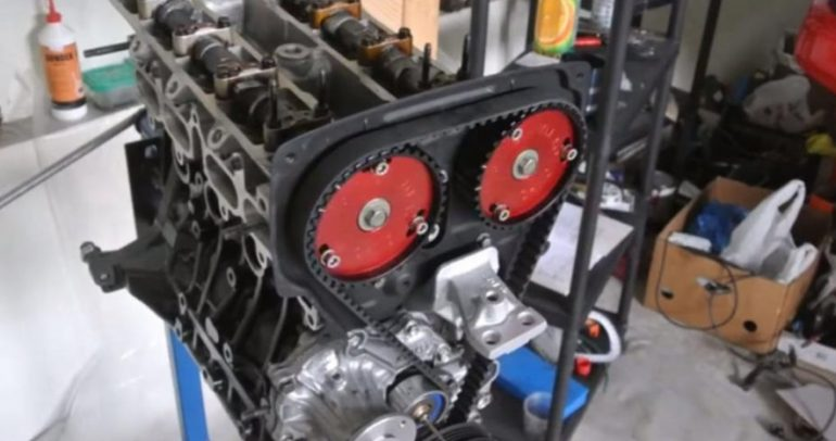 شاهد هذا الفيديو عن كيفية تركيب محرك 4 أسطوانات 16 صمام