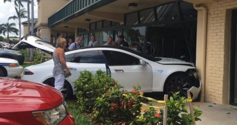 تسلا موديل S تتحطم في وجهة نادي رياضي في فلوريدا (فيديو)