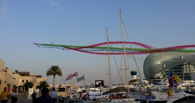 عرض جوي مذهل قبيل انطلاق سباق الجائزة الكبرى في حلبة مرسى ياس