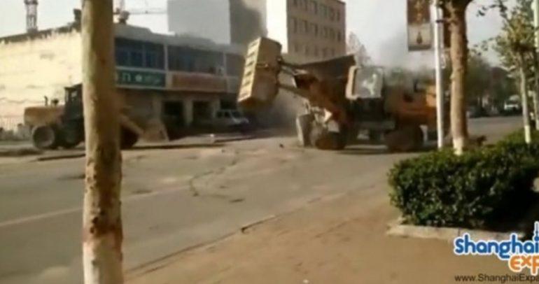 أروع فيديو ستراه من الماكينات الضخمة: معركة البلدوزر