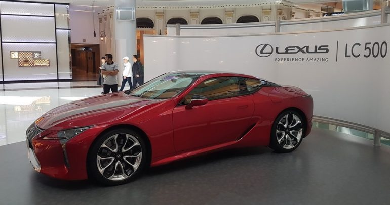 الظهور الأول لسيارة لكزس أل سي 500 في دبي بتصميمها المميز