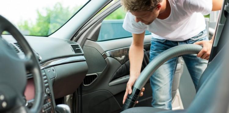 تنظيف الأماكن الضيقة داخل السيارة ضروري