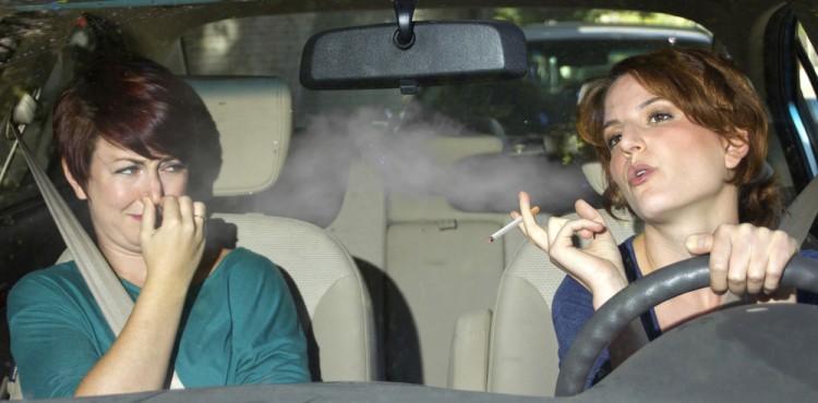 تقنيات ونصائح لإزالة رائحة الدخان من سيارتك