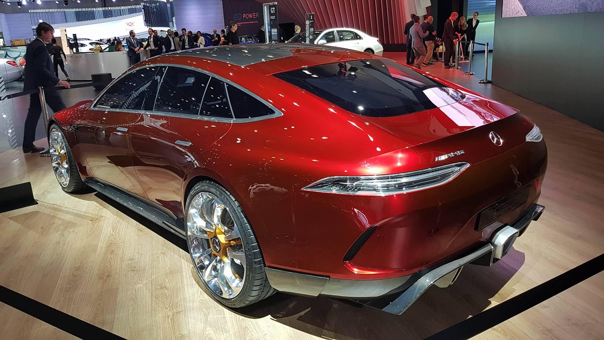 أحدث إنتاجات مرسيدس بنز وأكثرها جمالا في معرض دبي للسيارات