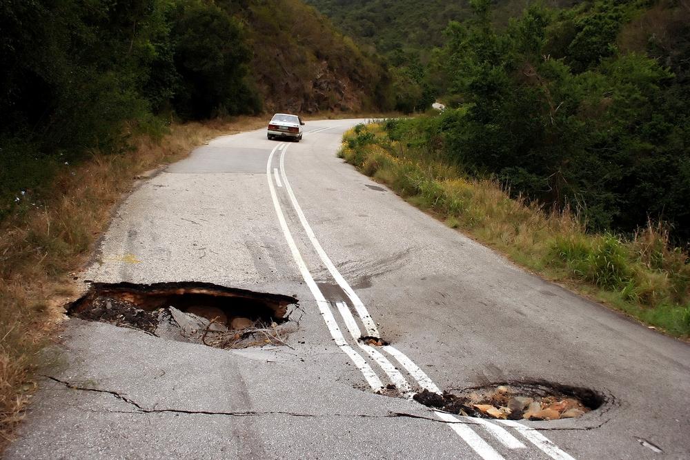 كيفية تجاوز الحفر أثناء القيادة بطريقة آمنة؟