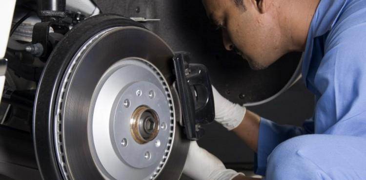 ما الذي يسبب صوت الطحن عند الالتفاف بالسيارة؟