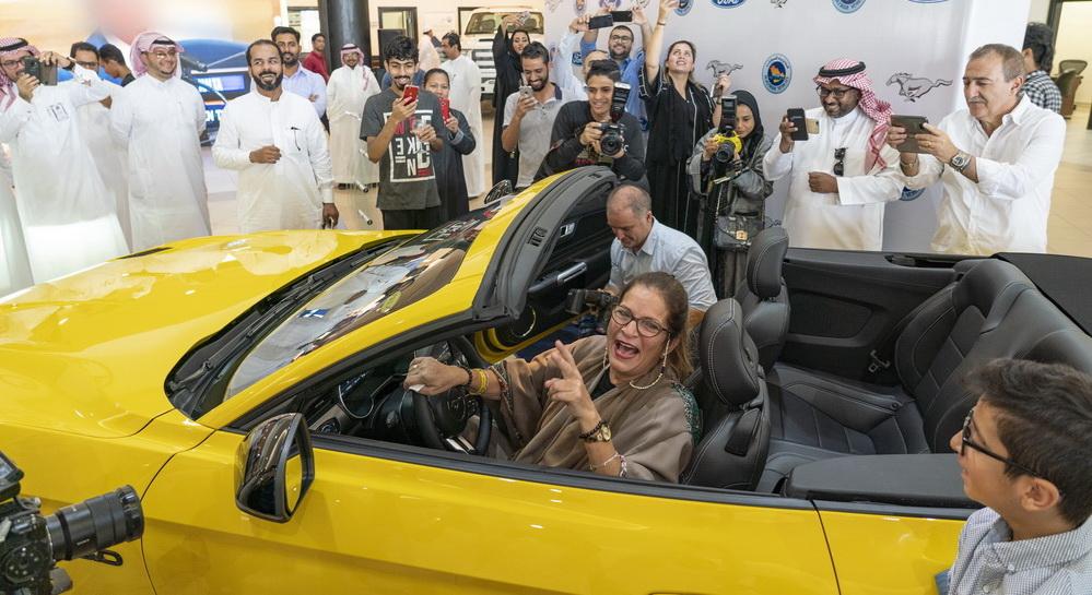 امرأة سعودية تحقق حلمها وتحصل على فورد موستانج GT 2018 مكشوفة