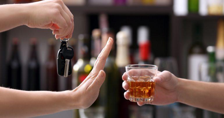 بالتفاصيل: كيف يتأثر عقل السائق بتناول المشروبات الكحولية؟