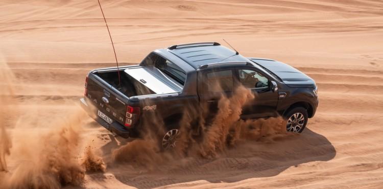 كيفية قيادة مركبة دفع رباعي على رمال الصحراء