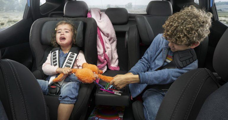 هل يزعجكم سلوك الأطفال داخل السيارة ؟ إليكم الحل