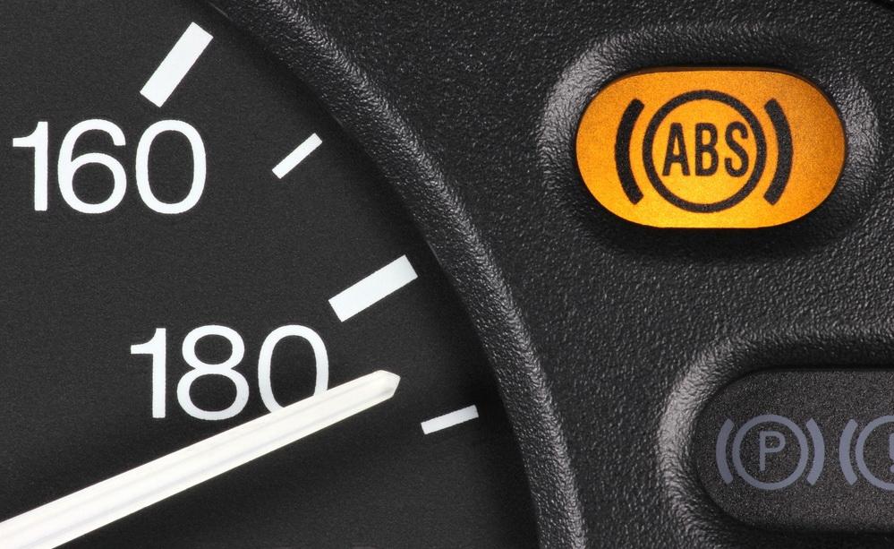 أسباب إضاءة علامة ABS في السيارة