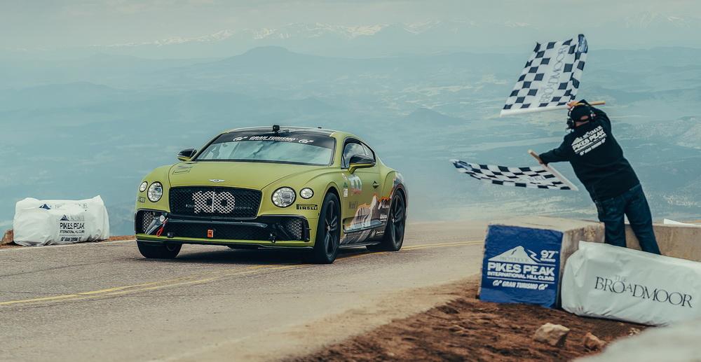 فيديو مصوّر داخل مقصورة بنتلي كونتيننتال GT الفائزة بسباق بايكس بيك