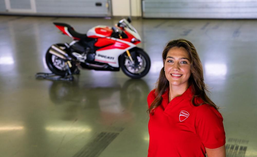 أول امرأة سعودية تسابق في رياضة الدراجات النارية!