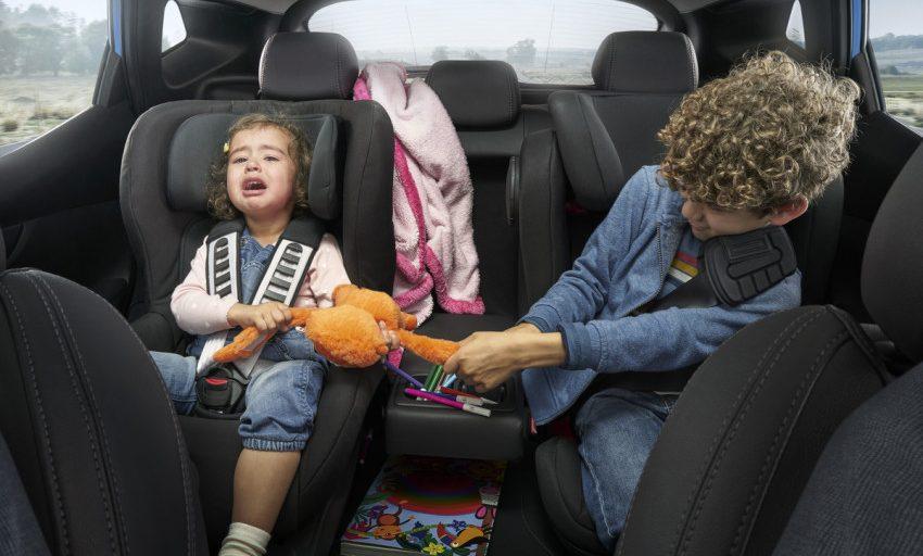 ما هو المكان المناسب لجلوس الطفل داخل السيارة