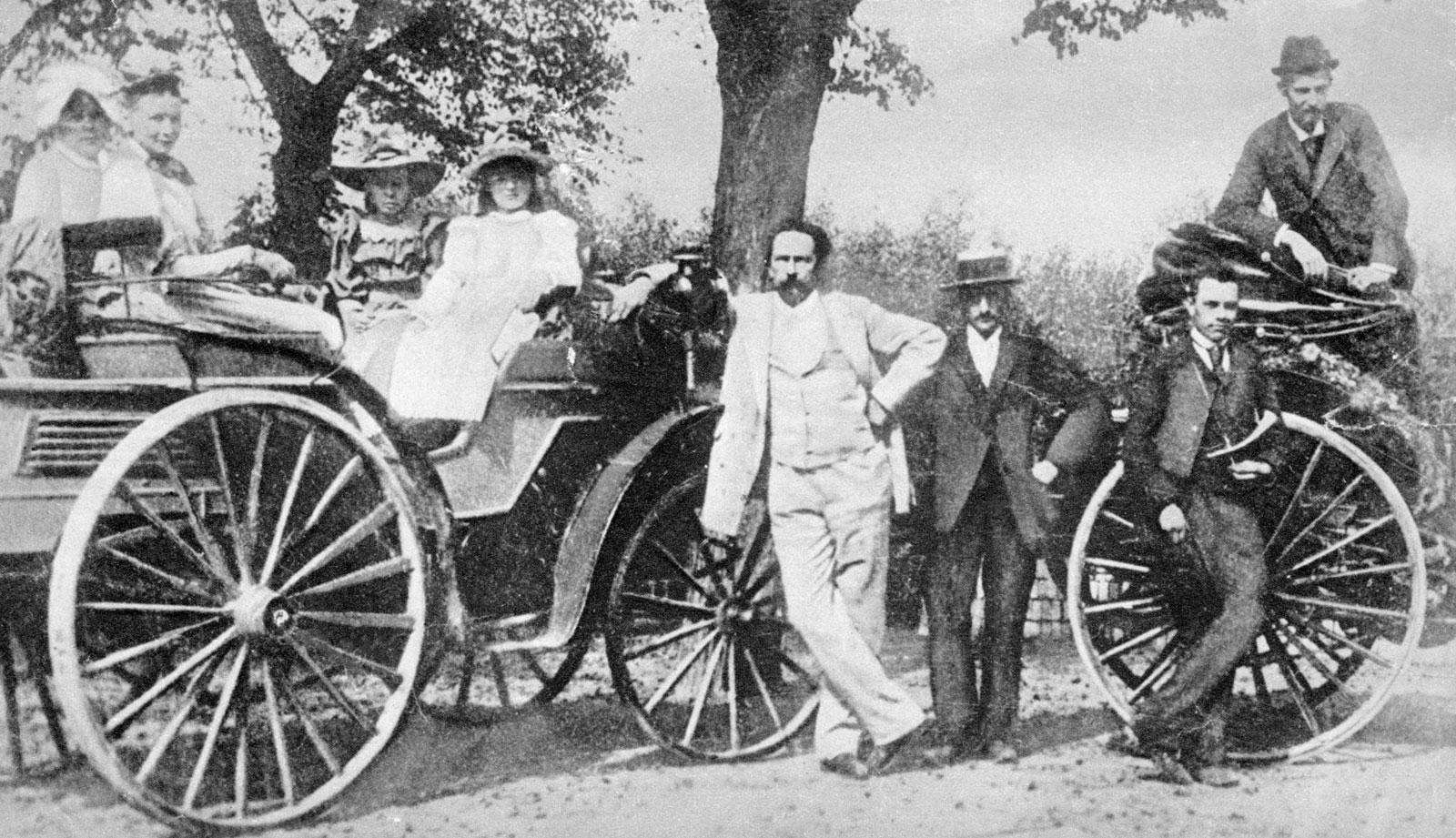 كارل بنز أمام أول سيارة يخترعها