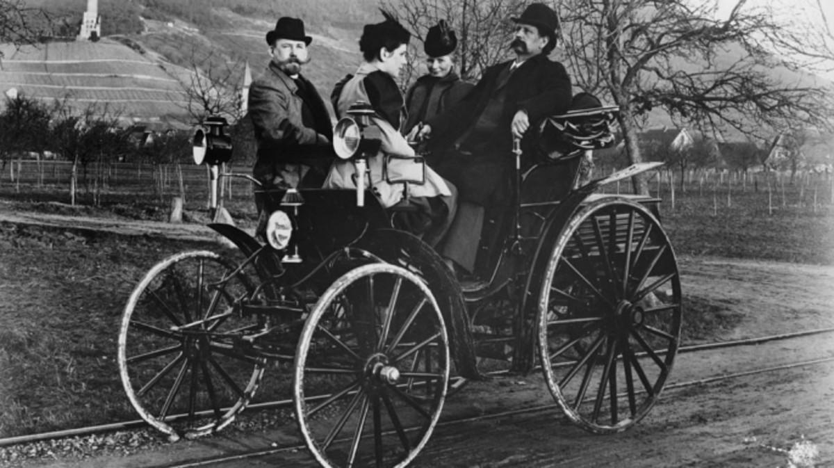أول سيارة تعمل بالوقود