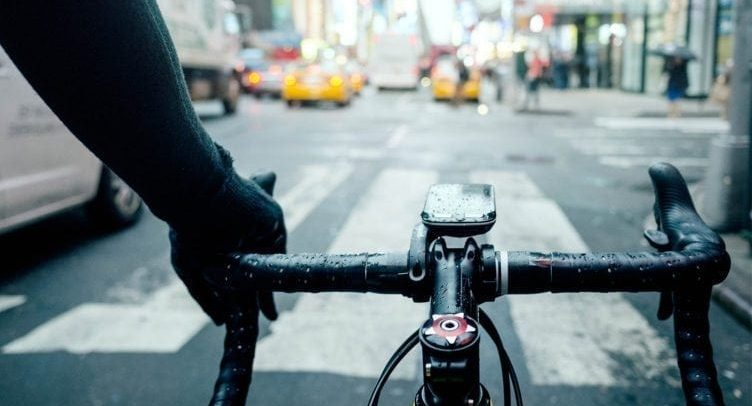 تقاسم الطريق مع الدراجات.. كيفية تجنب حالات الحوادث المحتملة